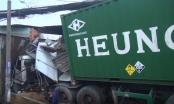 TP HCM: Tránh người sang đường, container tông hàng loạt nhà dân