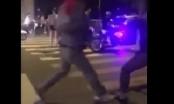 Clip hai thanh niên chơi quần vợt giữa ngã tư gây náo loạn đường phố