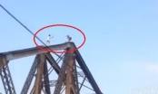 Clip: Coi thường mạng sống, hai thanh niên diễn xiếc trên nóc cầu Long Biên