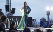 Nguyễn Thị Thành catwalk xuất thần trong show diễn của Vincent Đoàn
