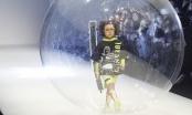 Khánh An tái hiện màn catwalk 'thần sầu' trong bong nước tại Thượng Hải