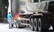 Xe container bốc cháy dữ dội trên vành đai 3