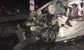 Xe ô tô 4 chỗ nát bươm sau va chạm xe tải, 1 người tử vong