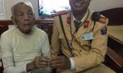 Hà Nội: Chiến sỹ CSGT đưa cụ ông lạc đường về nhà