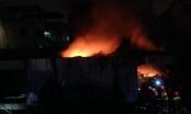 Hà Nội: Cháy dữ dội ở kho đồ bảo hộ lao động trên phố Minh Khai