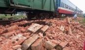 Xe tải chở gạch băng qua đường, tài xế bị tàu hoả đâm tử vong