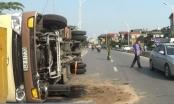 Hà Nội: Lật xe khách 29 chỗ, giao thông ùn tắc nghiêm trọng