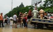 Cảm động với hình ảnh CSGT lội nước giúp người dân qua đường ngập nước