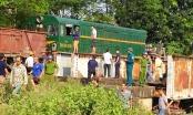 Hà Nội: Băng qua đường sắt, xe tải bị tông kéo xe khoảng 20m