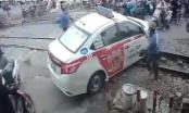 Hà Nội: Phạt 4 triệu, tước bằng lái 2 tháng tài xế taxi cố vượt rào chắn đường sắt