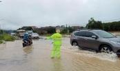 Nghệ An: Cán bộ, chiến sỹ Công an TX Thái Hòa dầm mưa, hỗ trợ người dân