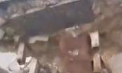 Bắc Ninh: Cổng chào lộ ra toàn đá cát sau khi bị kéo đổ?