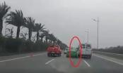 [Clip]: Kinh hoàng cảnh xe taxi với xe khách chèn ép nhau trên đường