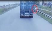 [Clip]: Vượt xe container bất cẩn, người đàn ông suýt trả giá đắt