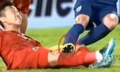 [Clip]:  Đầu gối Quế Ngọc Hải rướm máu vì bị cầu thủ đội bạn phạm lỗi thô bạo