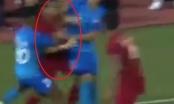 [Clip]: Cầu thủ U22 Singapore và U22 Indonesia ăn thua với nhau sau pha va chạm