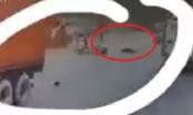 [Clip]: Nam thanh niên tử vong tại chỗ sau khi va chạm với xe container