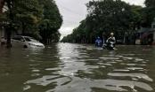 Chùm ảnh - Người dân TP Vinh bì bõm bơi trong biển nước sau mưa lớn