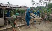 Hình ảnh Bộ đội điều động tối đa lực lượng giúp dân vùng lũ vệ sinh môi trường, tiêu độc khử trùng