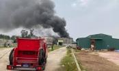 Kho chứa hàng bùng cháy dữ dội tạo nên một cột khói khổng lồ ở TP Vinh