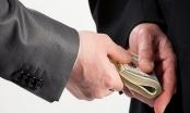 Không hoàn trả tiền chạy việc có vi phạm pháp luật không?