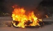 Không tìm thấy bạn gái, tức giận đốt xe máy