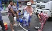 Người Hà Nội khổ sở xếp hàng xin nước sạch rồi lại vội vàng đổ đi?