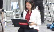 Cận cảnh nữ phóng viên Hàn Quốc xinh đẹp tác nghiệp trên vỉa hè Hà Nội