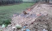 Yên Thường, Gia Lâm: Xe tải chở hàng trăm tấn phế thải xây dựng ngang nhiên đổ xuống mương, xuống ruộng