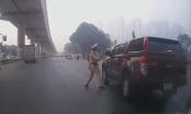 Hà Nội: Đang xác minh clip CSGT vung gậy khiến gương xe ô tô vỡ tan