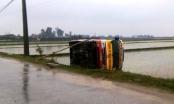 Thanh Hóa: Xe buýt lật nhào xuống ruộng sau khi đấu đầu xe bán tải