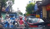 Clip: Ô tô làm tắc cả đoạn đường dài, chỉ vì 'miếng ăn' của chủ phương tiện