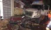 Tai nạn giao thông Plus: Xe container leo vỉa hè, cán nát xế hộp