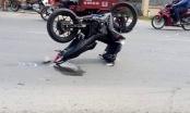 Xe máy tạo dáng sau vụ tai nạn giao thông