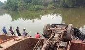 Bắc Giang: Xe tải chở đất bị lật xuống sông