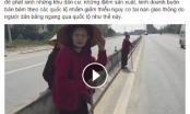 Ba cụ bà đua nhau chống gậy dò dẫm sang đường trên quốc lộ 1A