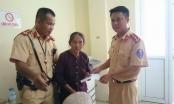 Hà Nội: CSGT giúp đỡ bà cụ bị lừa lấy hết đồ