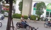 Phẫn nộ clip thanh niên cầm gậy rút đánh ông già tới tấp giữa đường