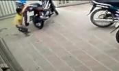 [Clip]: Bé trai liều mình giằng co với tên trộm xe máy