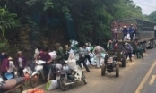 Hòa Bình: Xe tải gặp nạn 2 người tử vong, người dân lao vào hôi của