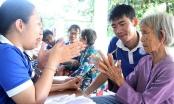 Xúc động sinh viên trường Y chăm sóc sức khỏe cho người cao tuổi