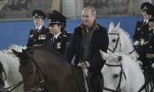 Tổng thống Nga Putin cưỡi ngựa đến chúc mừng nữ cảnh sát ngày 8/3