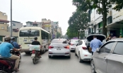 Giao thông nhiều tuyến Hà Nội bị tê liệt vì ô tô đỗ dưới lòng đường