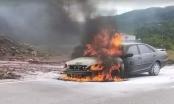 Đang di chuyển trên đường, xe ô tô 4 chỗ bất ngờ bốc cháy