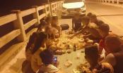 Cư dân mạng phẫn nộ với nhóm thanh niên ngang nhiên tổ chức ăn nhậu trên cầu vượt