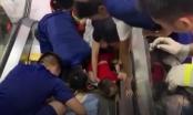 [Clip]: Hoảng hồn trước hình ảnh bé trai bị thang cuốn nuốt trọn cánh tay