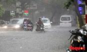 Hà Nội: Nhiều tuyến phố lại ngập sâu trong biển nước chỉ sau 30 phút mưa