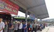 Người dân Hà Nội xếp hàng làm thẻ xe buýt miễn phí