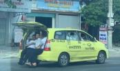 """Hoảng hồn với taxi nhồi nhét 11 người """"làm xiếc"""" trên quốc lộ"""
