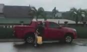 [Clip]: Người đàn ông dùng dao hành hung phụ nữ ngay giữa quốc lộ